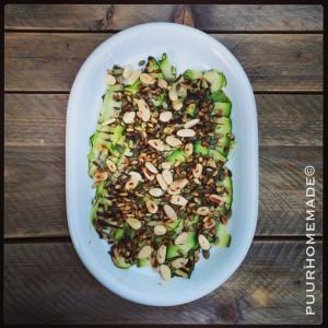 Gegrilde courgettesalade met geroosterde pijnboompitten & amandelen