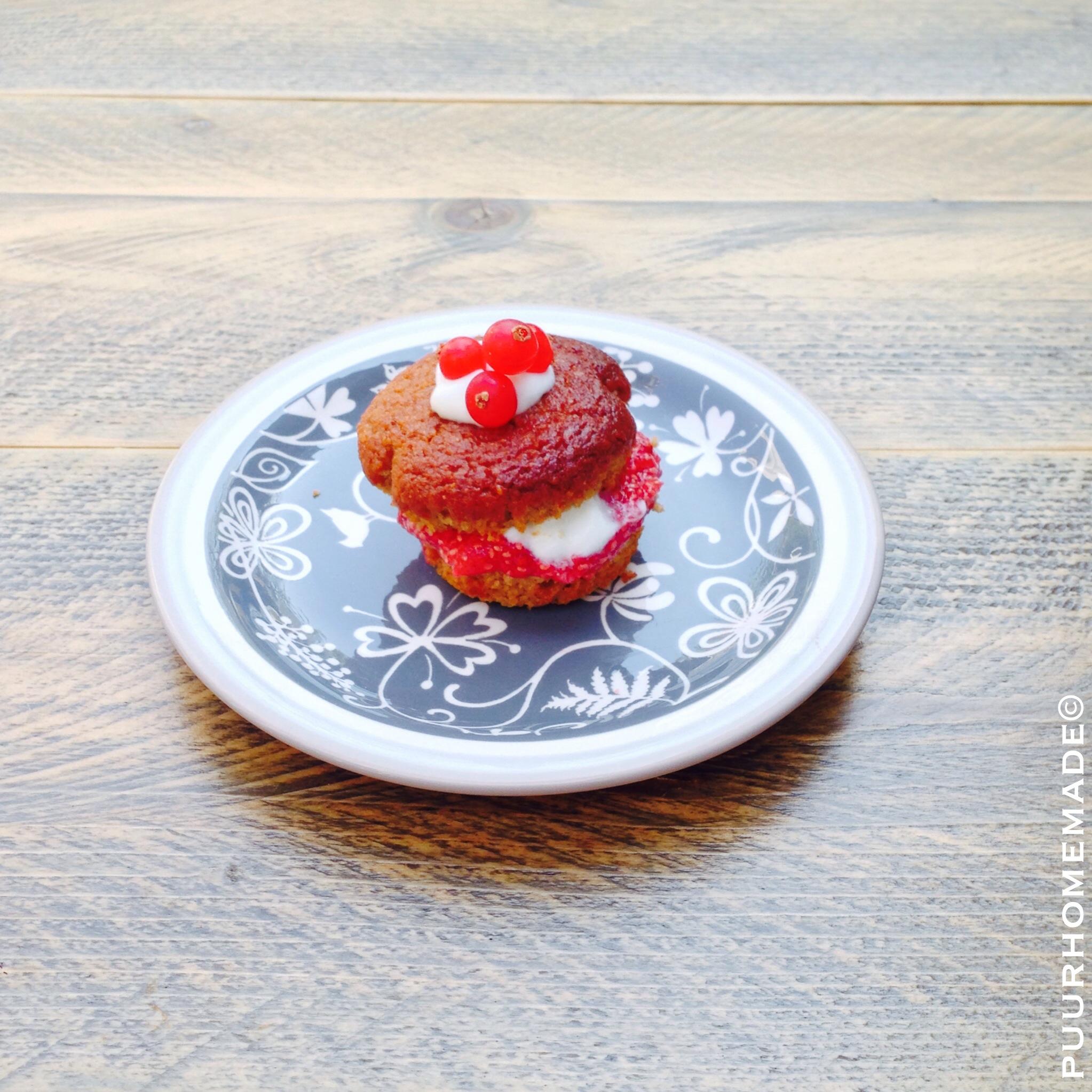 Kaneelmuffin met rode bessen-aardbeienjam & geitenkwark- Puur Homemade
